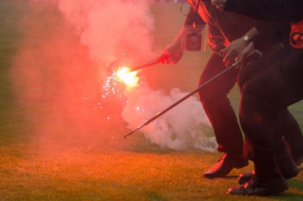 Petardy, race, wybuchy… Stadion piłkarski to nie jest poligon wojskowy!