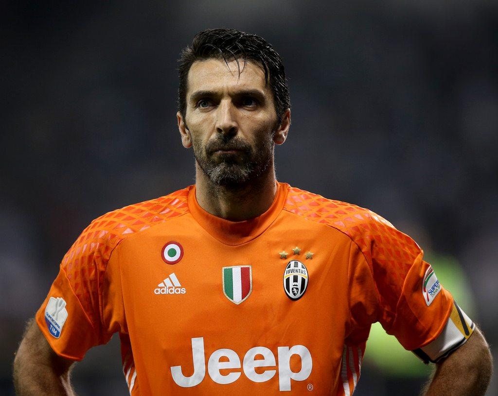 Kaczki transferowe: Buffon znalazł nowy dom. Paulinho wraca do Chin