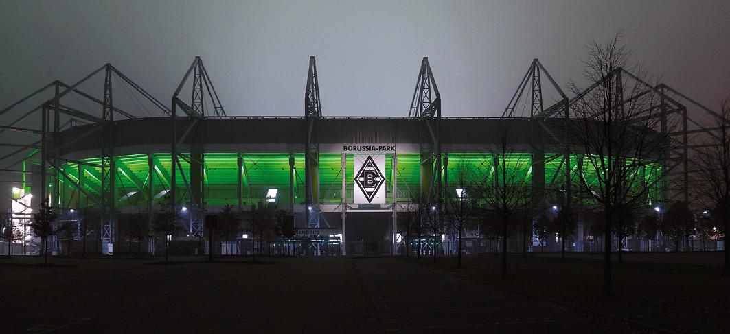 Cudowny powrót Reusa, fatalna murawa i ważny triumf BVB